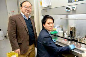 愛媛大学プロテオサイエンスセンターの澤崎達也教授と山中聡士特定研究員